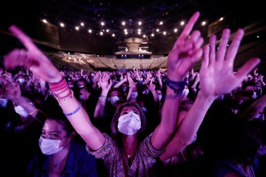 Paris uji coba konser di dalam ruangan dengan masker dan tes COVID-19