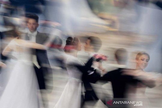 Menari massal pada acara amal Viennese Ball di Moskow