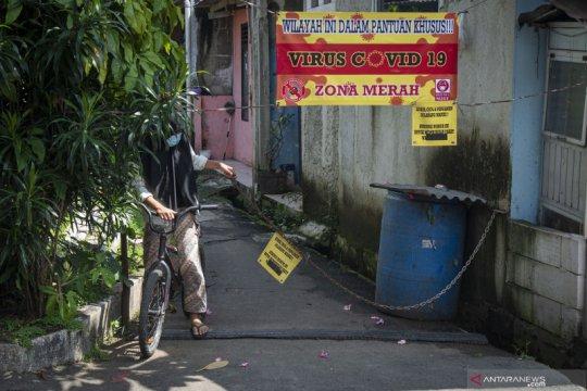 Satgas COVID-19 karantina sebuah gang permukiman warga di Jagakarsa