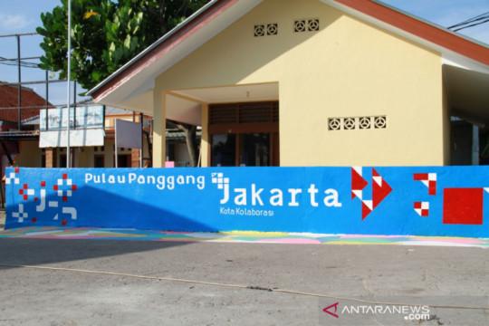 "Pulau Panggang pampang mural ""Plus Jakarta Kota Kolaborasi"" di dermaga"