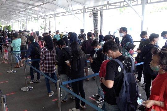 Jelang larangan mudik, Stasiun Pasar Senen dipadati penumpang