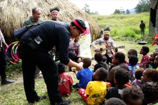 Binmas Noken Satgas Nemangkawi gelar trauma healing untuk anak-anak di Ilaga