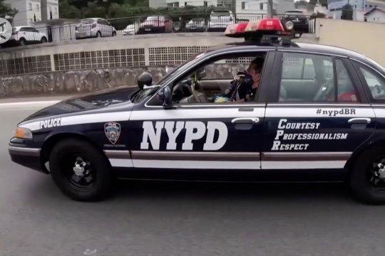 Mengapa mobil NYPD melintasi jalanan Sao Paulo