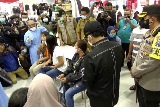 Pengunjung pusat perbelanjaan di Kota Malang ikuti tes cepat antigen