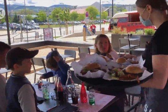 Teras restoran dibuka kembali di Prancis