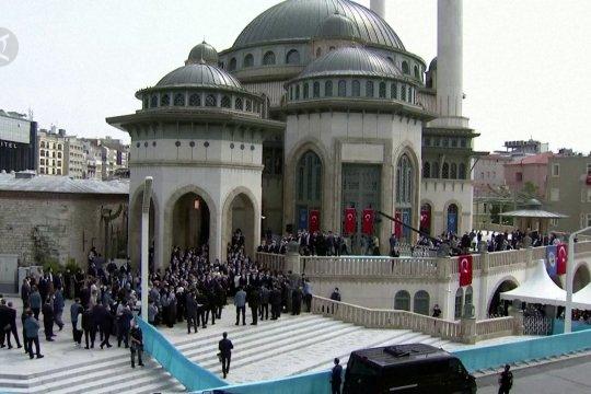 Hadirnya masjid besar mewah di jantung kota Istanbul
