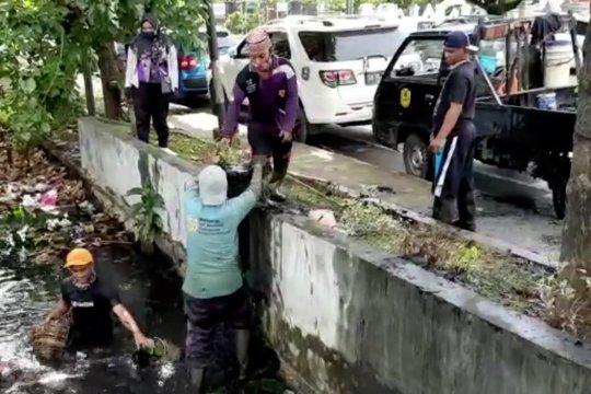Pasukan Turbo di Banjarmasin berjibaku bersihkan sungai