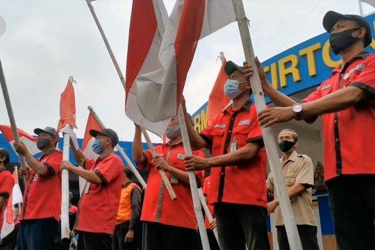 Peringati Harkitnas, warga di Terminal Tirtonadi menyanyikan Indonesia Raya