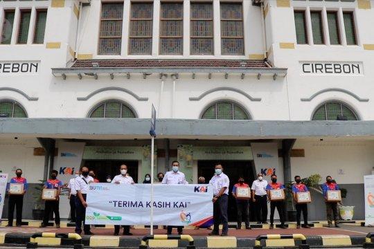 KAI Daop 3 Cirebon berikan sembako untuk 100 porter