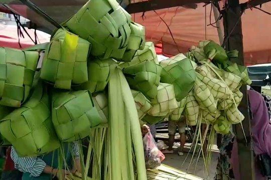 Berkah larangan mudik bagi pedagang kulit ketupat di Jambi