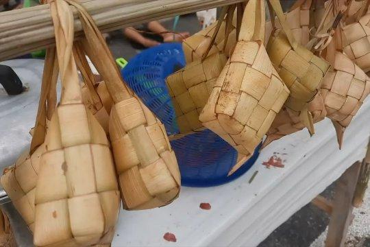 Tradisi lebaran ketupat beri peningkatan ekonomi bagi pedagang musiman