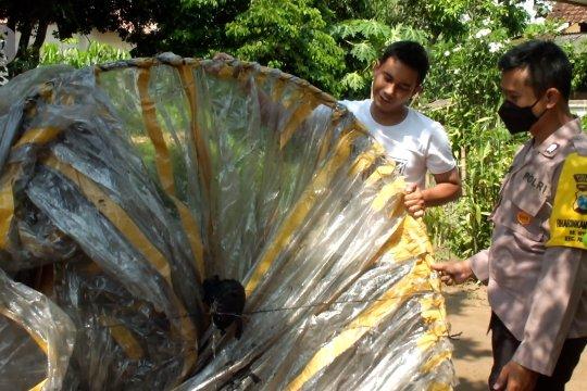 Polisi selidiki balon udara yang jatuh di permukiman warga di Jember
