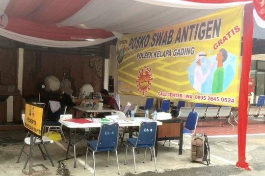 Ratusan warga lakukan tes COVID-19 di Polsek Kelapa Gading