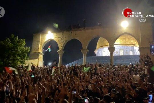 Ribuan warga Palestina berbondong-bondong ke Masjid Al-Aqsa rayakan gencatan senjata