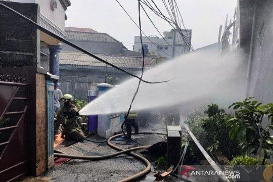 Sebuah rumah berlantai dua di Ciracas terbakar