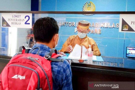 Petugas Imigrasi Parepare kenakan pakaian adat saat berikan layanan