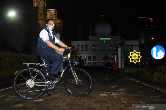 Anies Baswedan bersepeda usai pulang kantor
