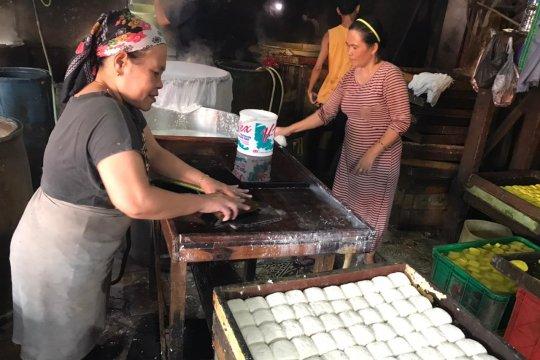 Perajin tahu Jakarta Timur keluhkan  tingginya harga kedelai
