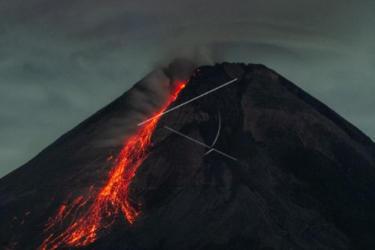 Gunung Merapi meluncurkan guguran lava pijar sejauh 1.500 meter