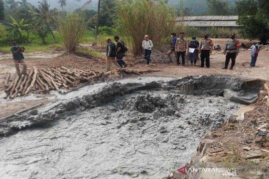 Petugas memasang pembatas lokasi semburan lumpur di Cirebon