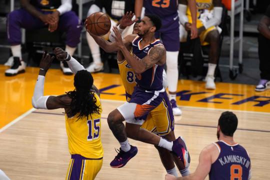 Booker borong 47 poin saat Suns tendang Lakers dari playoff