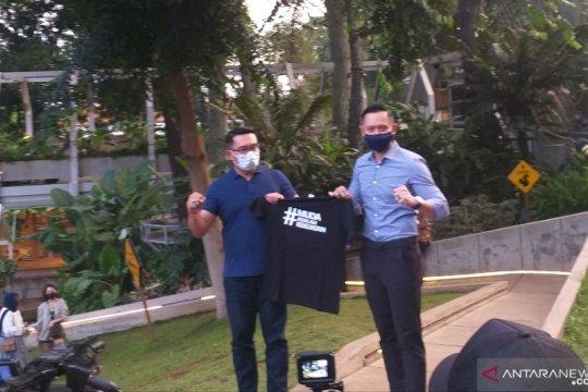 """AHY hadiahi Ridwan Kamil kaos bertuliskan """"muda adalah kekuatan"""""""