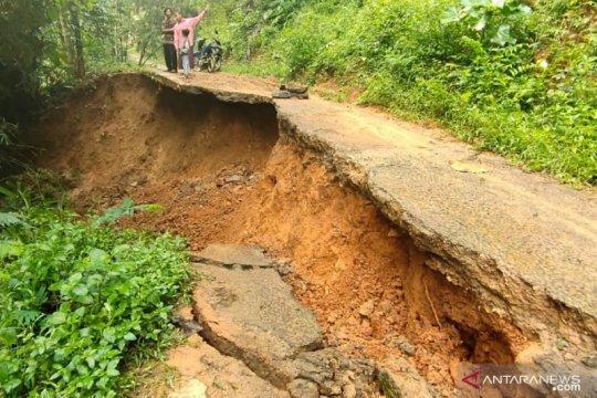 Ratusan kepala keluarga mengungsi akibat longsor Cibeber-Cianjur