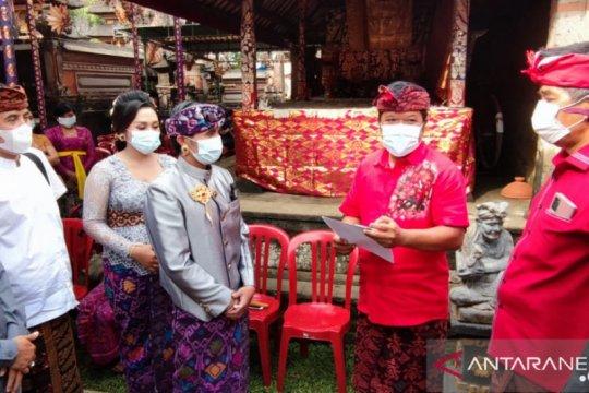 Pemkab Bangli serahkan akte pernikahan saat pesta pernikahan