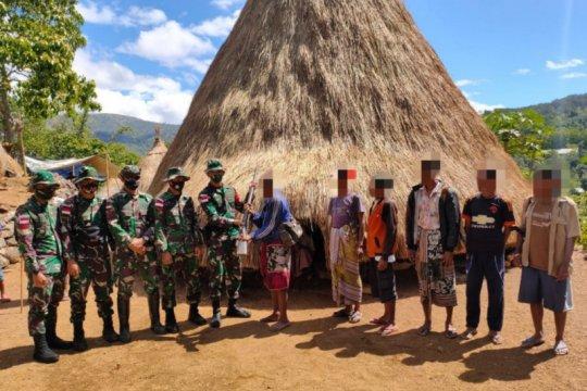 Warga serahkan senjata api kepada Satgas Pamtas RI-Timor Leste