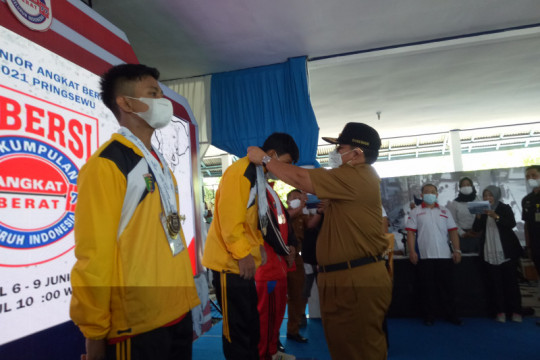 Gubernur Lampung  buka invitasi nasional angkat berat junior