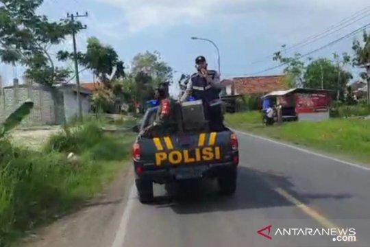 Petugas keamanan berkeliling larang warga Bangkalan keluar rumah