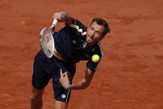 Medvedev tantang Tsitsipas di perempat final French Open