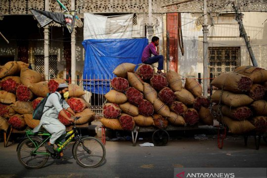 India melonggarkan pembatasan total COVID-19