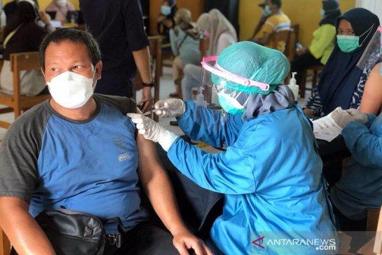144 warga RT 03/03 Cilangkap terima vaksin COVID-19