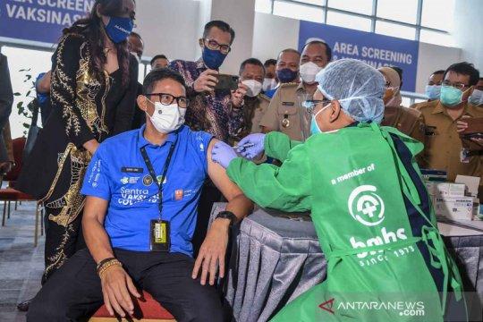 Sandiaga Uno suntik vaksin COVID-19 Astra Zeneca