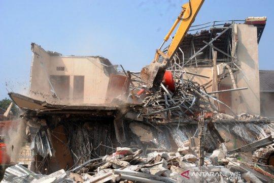 Satpol PP bongkar kontrakan empat lantai di atas lahan Fasum