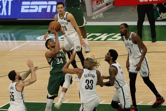 Jrue Holiday antar Bucks ubah kedudukan 1-2 lawan Nets