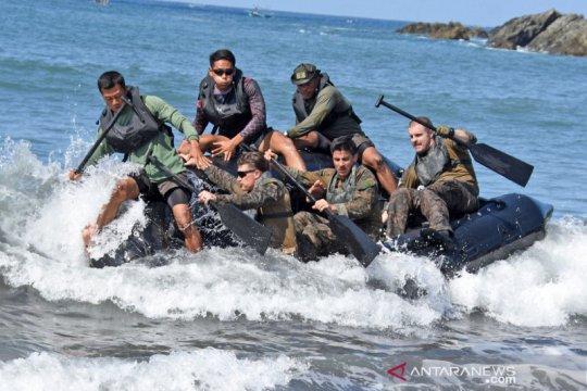 Marinir Indonesia dan Marinir AS berlatih dayung tembus gelombang