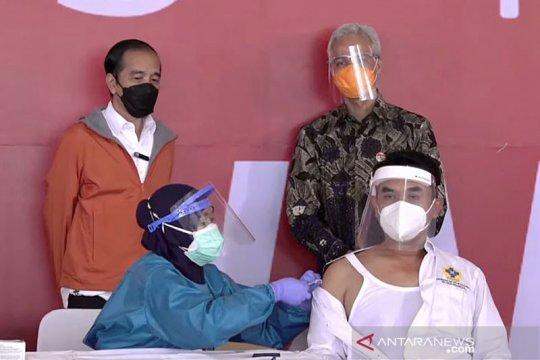 Presiden saksikan vaksinasi bagi 1.000 warga di Pelabuhan Tanjung Emas
