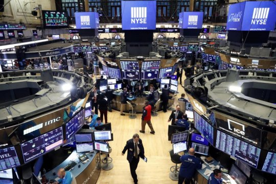 Wall Street turun terseret data ekonomi, investor tunggu laporan Fed