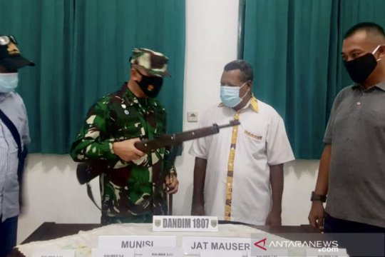 Seorang warga di Sorong serahkan senjata api dan 49 peluru ke Kodim