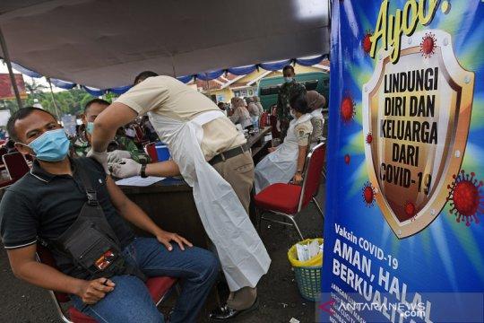Vaksinasi COVID-19 secara massal di Mapolda Banten