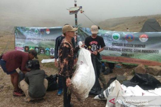 Satu ton lebih sampah diangkut dari jalur daki Gunung Gede-Pangrango