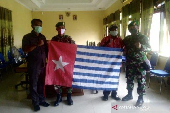 Warga Suku Sougb di Papua Barat serahkan bendera Bintang Kejora ke TNI