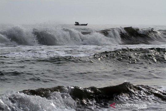 Waspada gelombang sangat tinggi hingga 6 meter di perairan Indonesia
