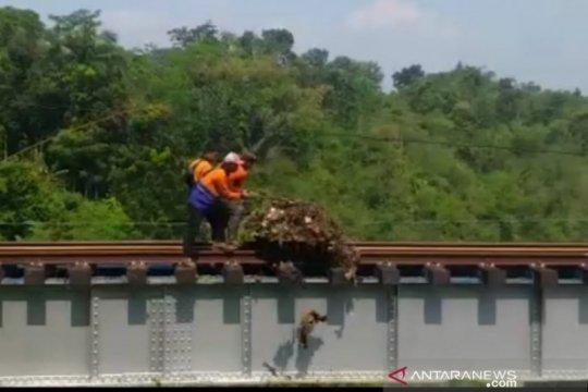 PT KAI Daop 2 Bandung bantah pembuangan sampah ke Sungai Cisokan
