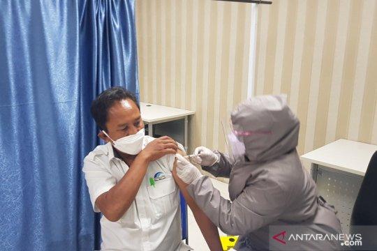 300 pegawai PDAM Bekasi antusias ikuti vaksinasi COVID-19