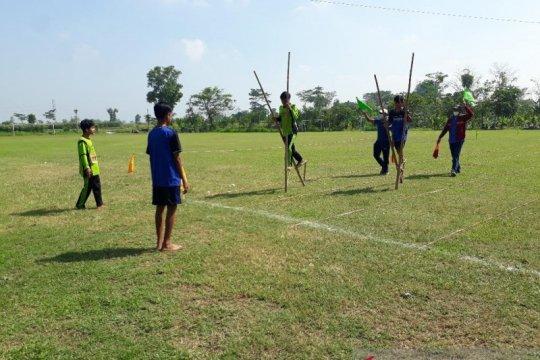 Seleksi lomba olahraga tradisional egrang digelar di Kediri-Jatim