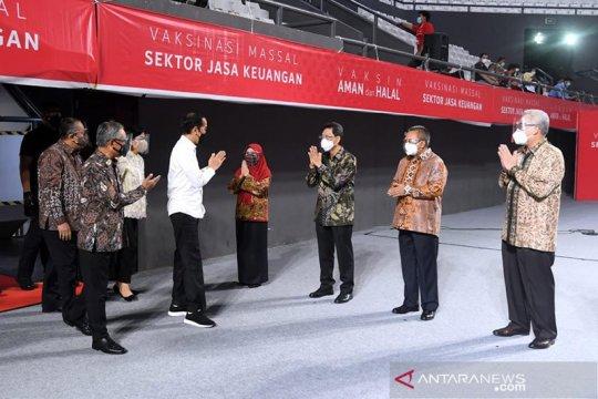 Presiden Jokowi saksikan vaksinasi massal bagi pelaku jasa keuangan
