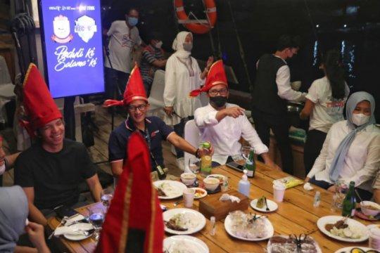 Wali Kota Makassar menjamu Menparekraf di atas Pinisi